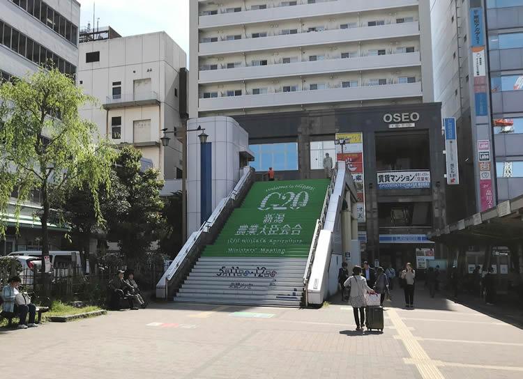 西側連絡通路へ行く階段です。けっこうあります!